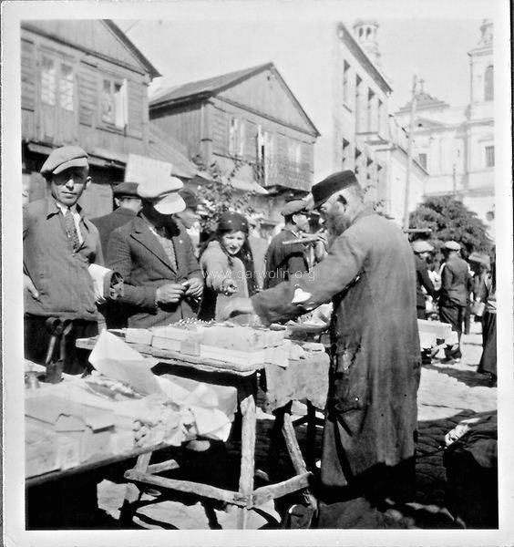 Żyd handlujący na rynku w Garwolinie