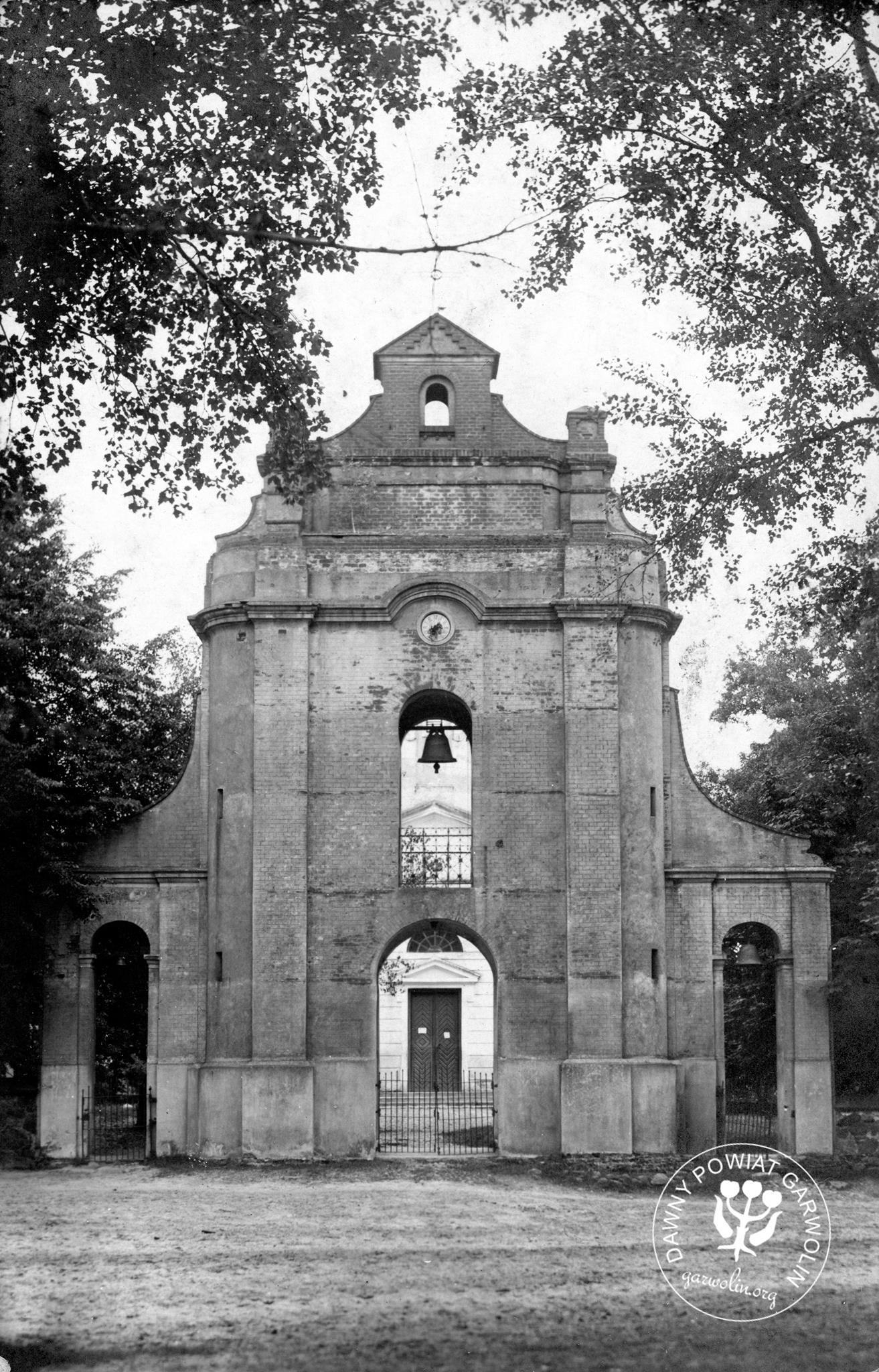 Brama przed kościołem w Borowiu