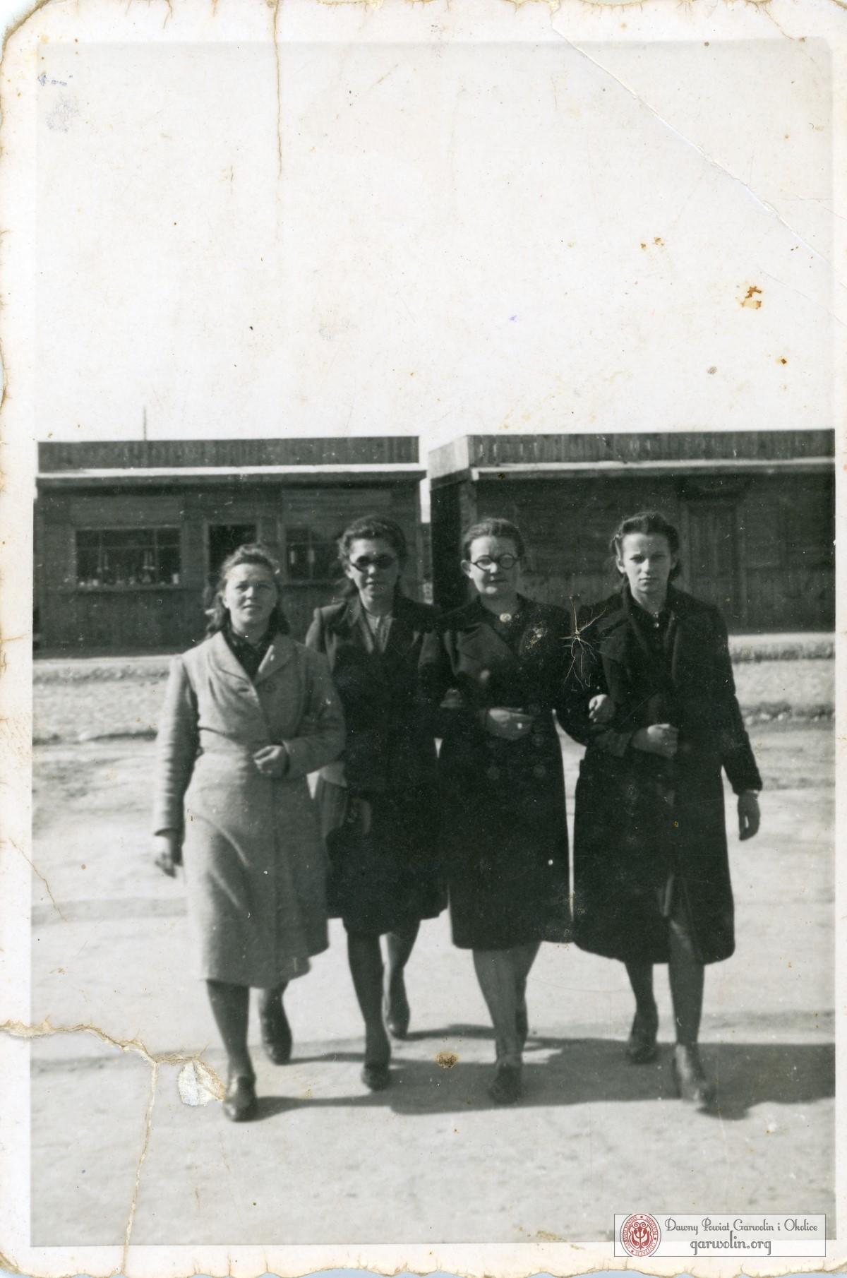 Kobiety przy budkach w centrum Garwolina