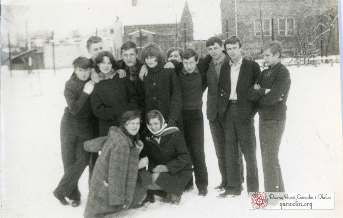 Młodzież na boisku przy Liceum