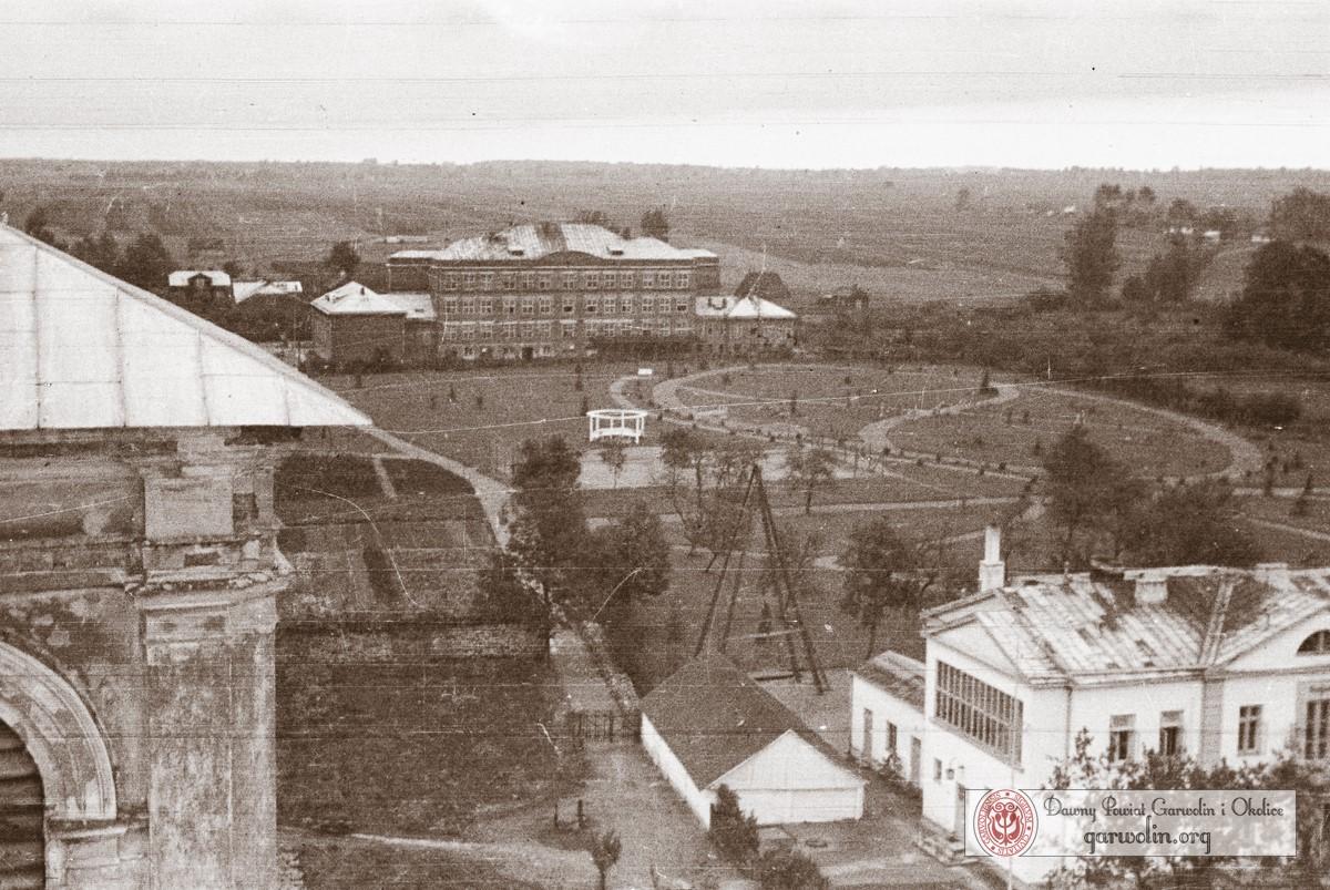 Widok z wieży kościelnej na plebanię i ogrody Freudenthala