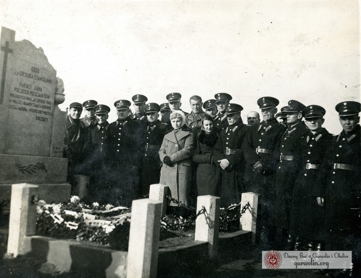 Przy grobie kolegów 1940 r.