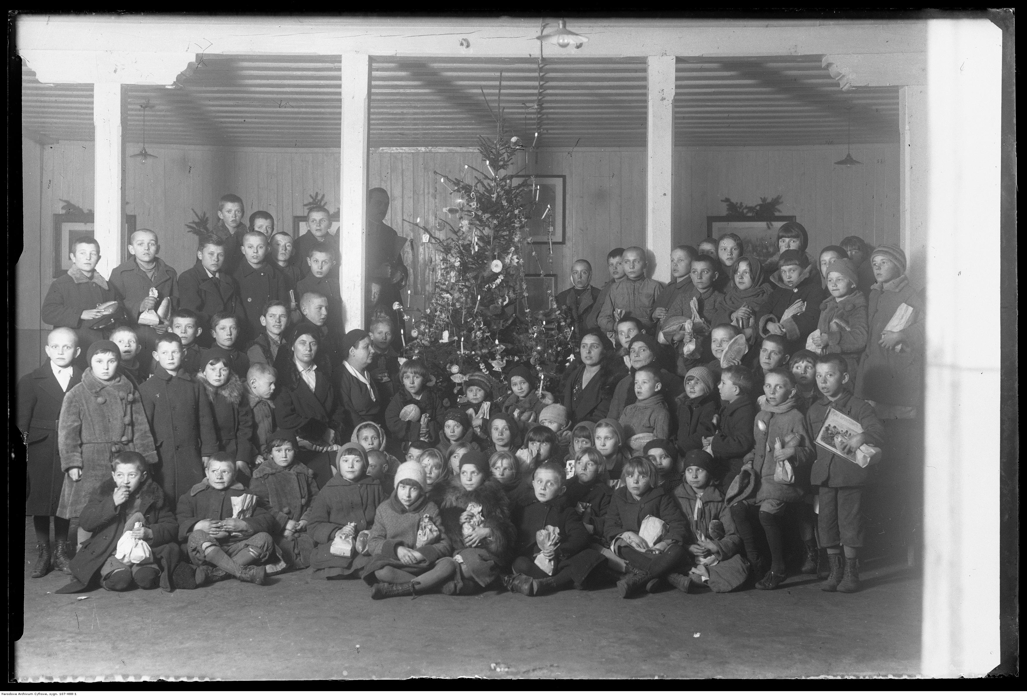 Spotkanie dla biednych dzieci - Boże Narodzenie 1932 r.