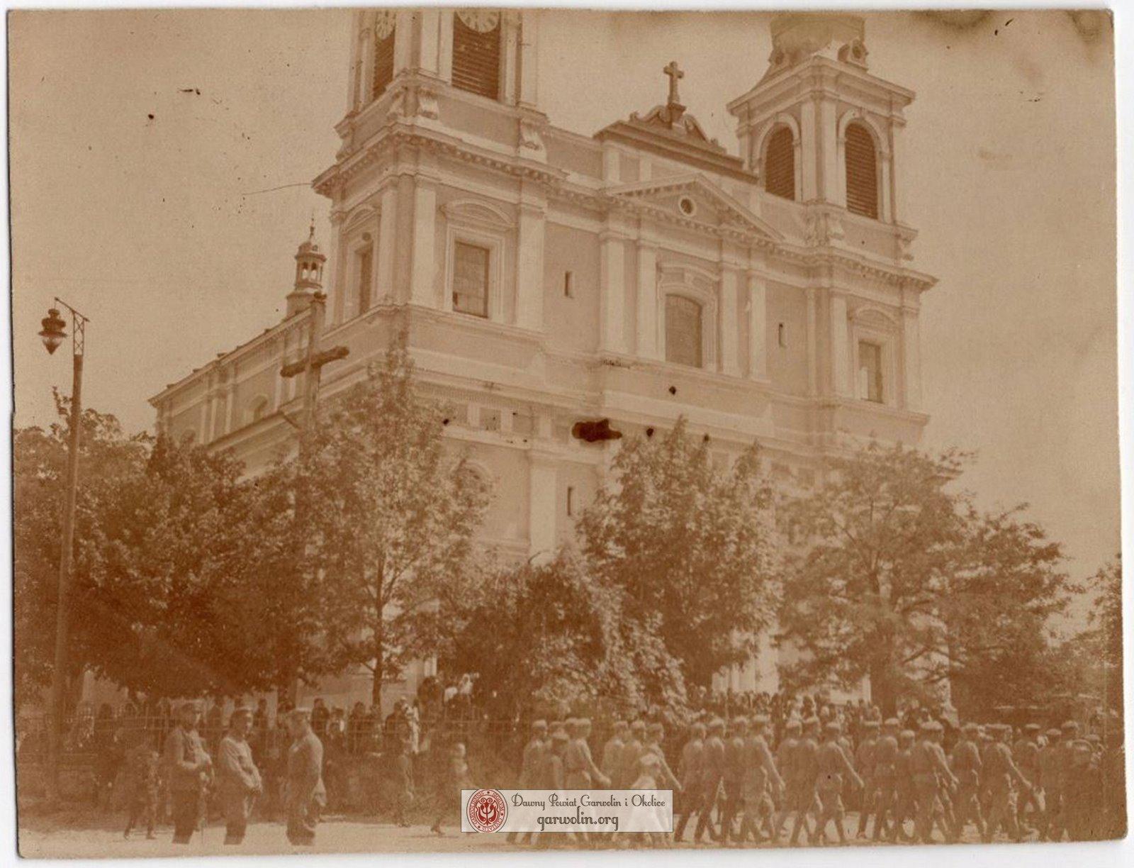 Wojsko przed kościołem w Garwolinie